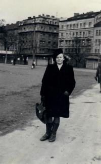 Marie Uchytilová v době svého prvního semestru na Akademii – v Praze u Výstaviště u Stromovky (21. 2. 1946)