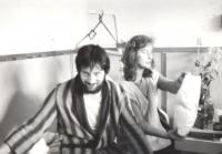 Petr a Věra Náhlíkovi v nemocnici na Karlově náměstí po 17. listopadu 1989
