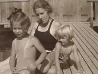 Maminka Milada Hejlová a sestry (vpravo Hanka)