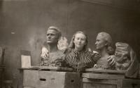 Marie Uchytilová se svými dvěma pracemi na AVU