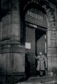 Marie Uchytilová před vchodem do Západočeského muzea v Plzni (konec 2. pol. 40. let)