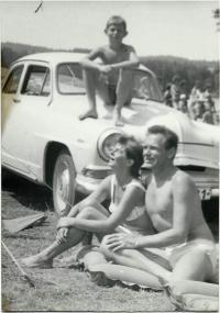 1964 Jaroslava se synem a manželem u moře