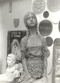 Postup při modelaci postavy nanášením hlíny na lešení