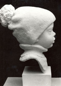 Busta chlapečka v čepičce – syna slévače Petra Krámka (poč. 80. let)