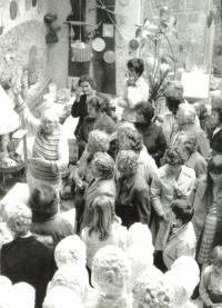 Návštěva lidických maminek a žen v ateliéru, vlevo Marie Uchytilová (poč. 80. let)