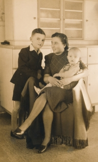 From the left: brother Pavel, mummy and witness during the war in Hořepník around 1943