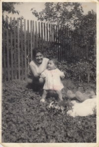 Elena Gorolová s maminkou, začátek 70. let.