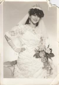 Elena Gorolová ve svatebním, rok 1987