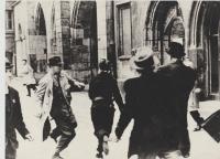 Pražské povstání - před Staroměstskou radnicí