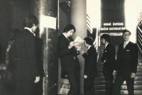 1974 Michal Barda si čte sportovní noviny během svatého týdne, Gymnázium Wilhelma Piecka v Praze