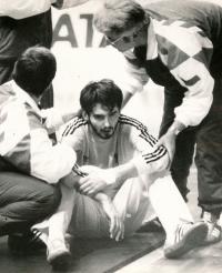 1990, Mistrovství světa v házené v Československu,  Michal Barda se vzpamatovává z bezvědomí, dostal ránu do obličeje od francouzského protihráče Philippe Gardenta