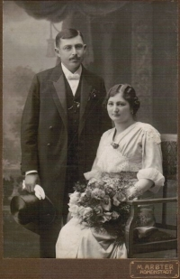 Wedding photo of Gustav and Paulina Taussig (witness´s grandparents), Zábřeh about 1909