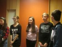Žáci při nahrávání v rozhlase