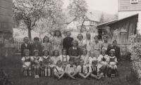 8. třída, jaro 1946 (Miloslava Medová v horní řadě, čtvrtá zleva)