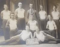 Pamětníkův otec Bohuslav (1903-1957) v roce 1927 (uprostřed)