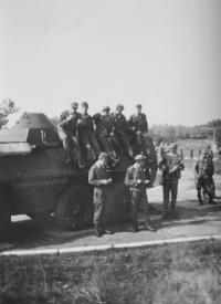 Na fotografii dole vlevo při základní vojenské službě před obrněným transportérem, který řídil