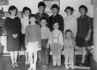 Na fotografii druhý nejmladší s dalšími devíti sourozenci