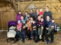 Na fotografii uprostřed s manželkou Hanou, dětmi a vnoučaty