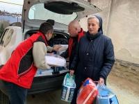 Na fotografii uprostřed při charitativní pomoci na Ukrajině