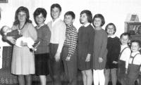 Na fotografii vpravo s devíti sourozenci