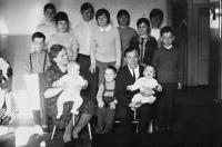 Na fotografii vlevo s rodiči a všemi jedenácti sourozenci