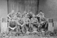 Evžen Adámek na fotografii vpravo při základní vojenské službě s dalšími řidiči obrněných transportérů