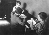 Na fotografii vpravo v dětských letech při nedělním obědě s bratry Josefem a Stanislavem