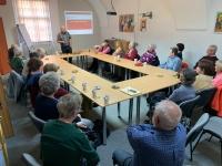 Evžen Adámek přednáší v Klubu aktivních seniorů o činnosti Oblastní charity Znojmo