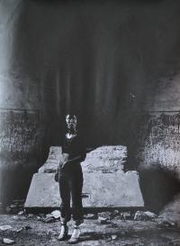 Hana Galisová v zničeném kostele u přehrady Kružberk