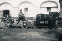 Pavel Dobrovolný na statku v Ratibořicích u Třebíče, cca rok 1940