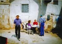 Rodina Dobrovolných na statku v Ratibořicích u Třebíče, krátce po restitucích