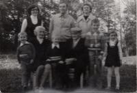 Zleva: pamětnice, její bratr s manželkou, dvě prostřední děti pamětnice, maminka a tatínek, 1978
