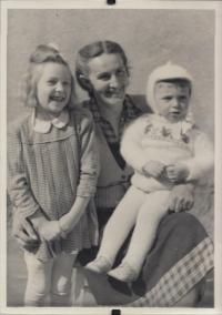 S maminkou a bratrem s době, kdy byl tatínek ve vězení, 1951