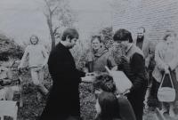 Kněz Pavel Uhřík na svatbě Evy a Oldřicha Kučerových
