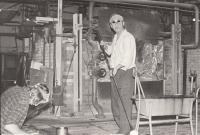 Manžel Alfred Med při práci ve sklárně ve Svoru