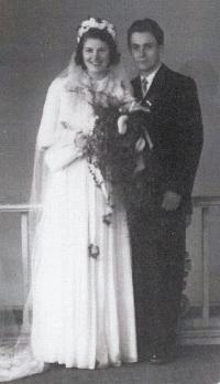 Novomanželé Miloslava a Alfred Medovi, 1954