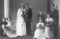 Novomanželé Miloslava a Alfred Medovi, 1954 (dva malí chlapci jsou bratři Petr a Antonín)