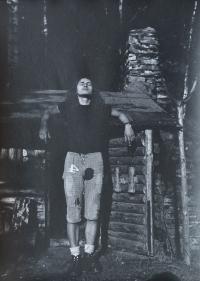 Oldřich Kučera u trampské chaty nedaleko přehrady Kružberk