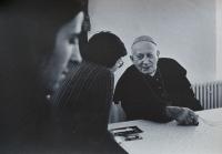 Olomoučtí křesťané na návštěvě u kardinála Františka Tomáška v Praze v roce 1981