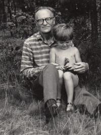 Otec Antonín Filip s vnučkou Šárkou