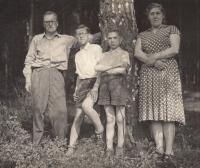 Rodiče a dva bratři Miloslavy Medové, cca 1960
