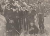S kamarády na lyžích, 1954 (Miloslava Medová s bílým šátkem)