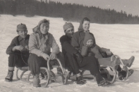 S manželem a dcerou Soňou (sáně vpravo) a dvěma přáteli, 1957