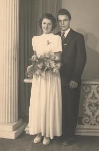 Se svým budoucím manželem na svatbě kamarádky jako družička, 1952