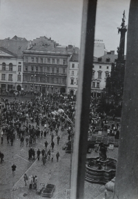 Setkání na podporu vězněného Augustina Navrátila v Olomouci, které Oldřich Kučera fotografoval z okna