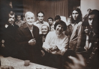 Setkání s bratrem Rogerem v Praze v bytě u Kaplanů, v popředí Roger Louis Schütz-Marsauche a Marie Kaplanová
