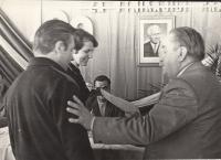 Spolu s manželem přebírají ocenění pro nejlepší pracovníky sklárny ve Svoru, 1968