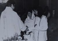 Svatba Oldřicha a Evy Kučerových, oddává je kněz Pavel Uhřík