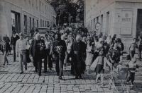 Z návštěvy kardinála Bernardina Gantina -  na fotografii uprostřed, vlevo kardinál František Tomášek, vpravo biskup František Vymětal v průvodu od katedrály svatého Václava v Olomouci k arcibiskupskému paláci