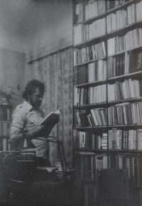 Zdislav Havran činný v olomouckém disentu u své knihovny